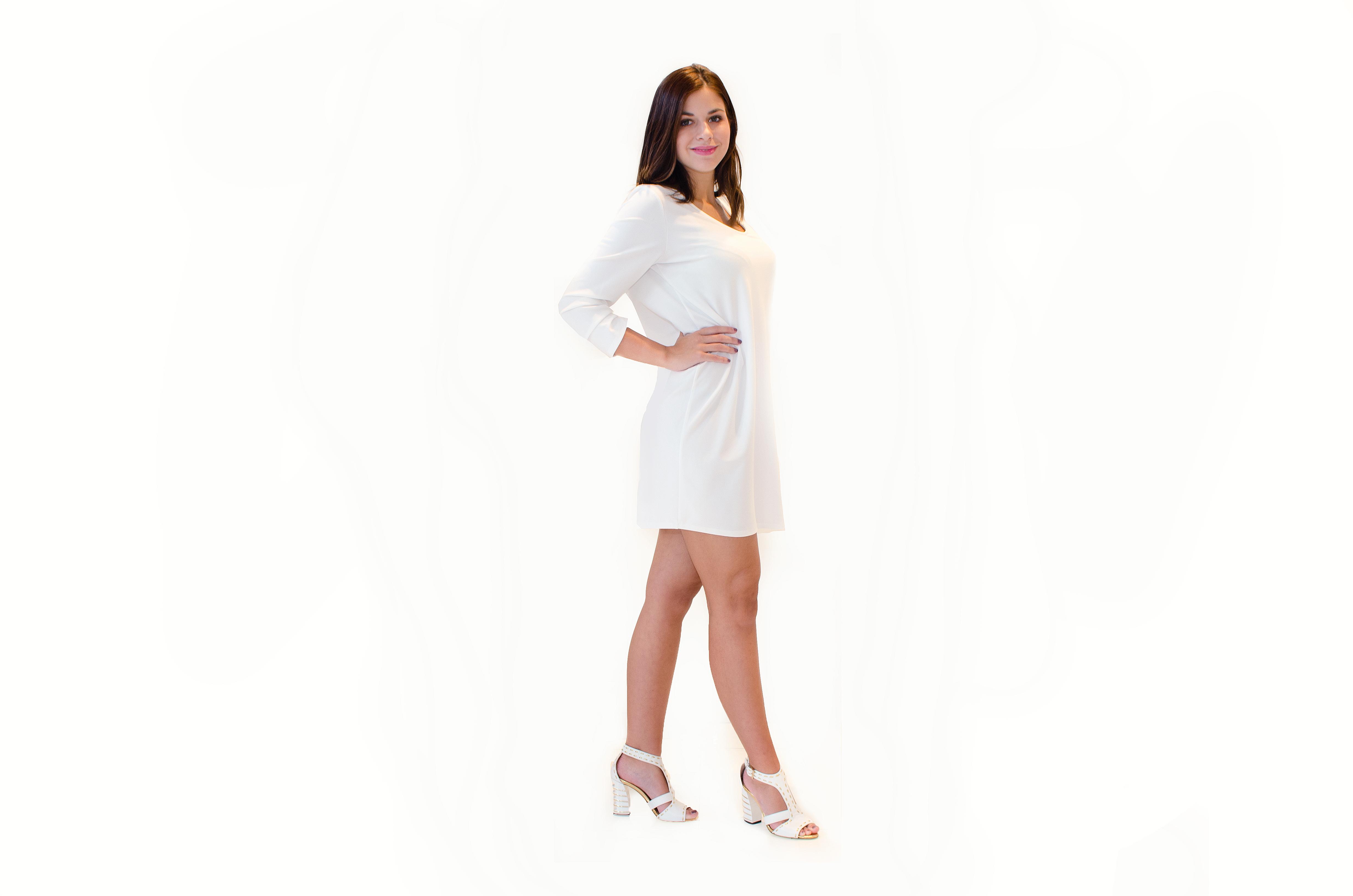 Bílé oversize šaty s volánem na zádech