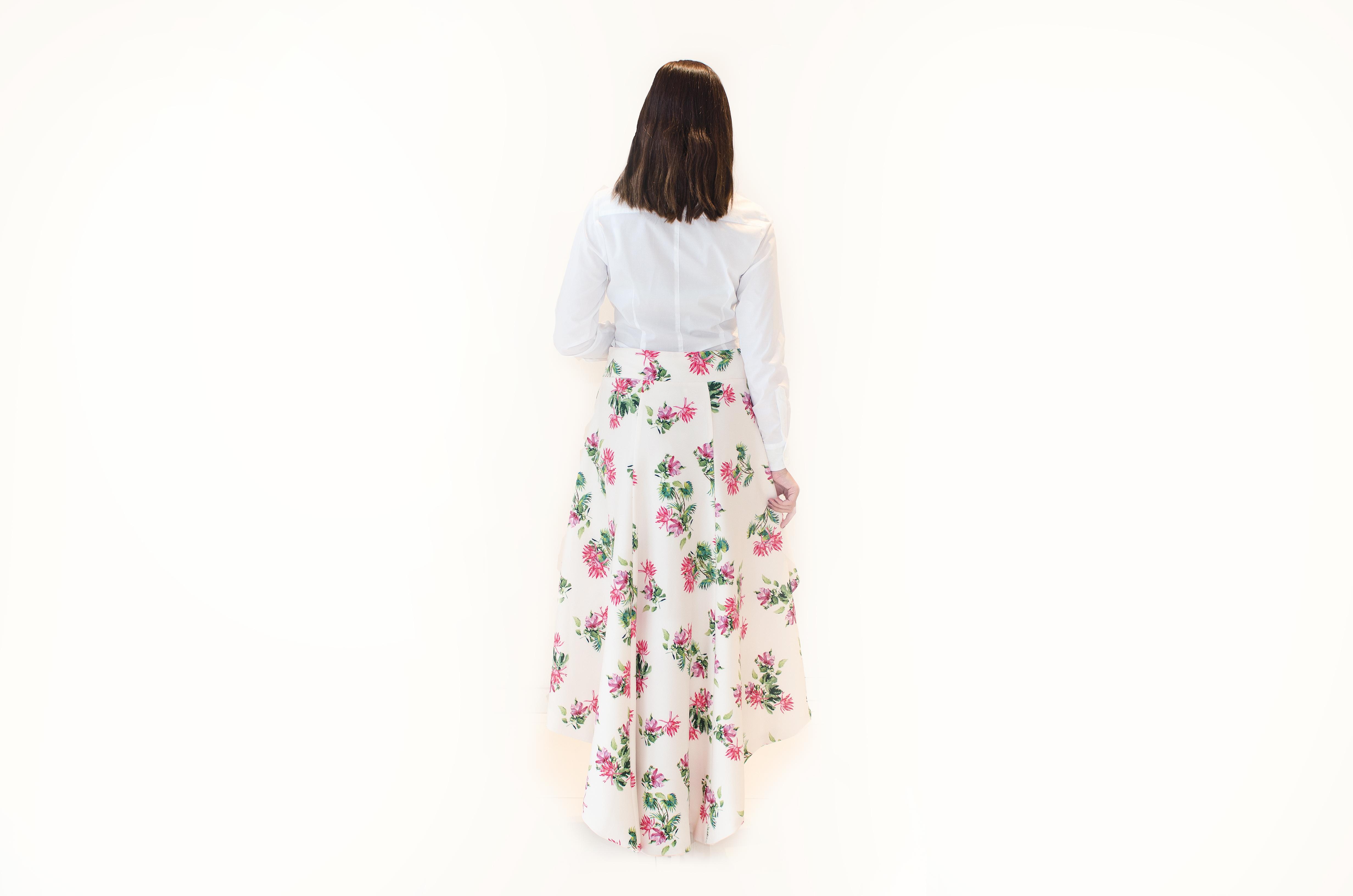 Sukně asymetrického střihu s květovaným vzorem