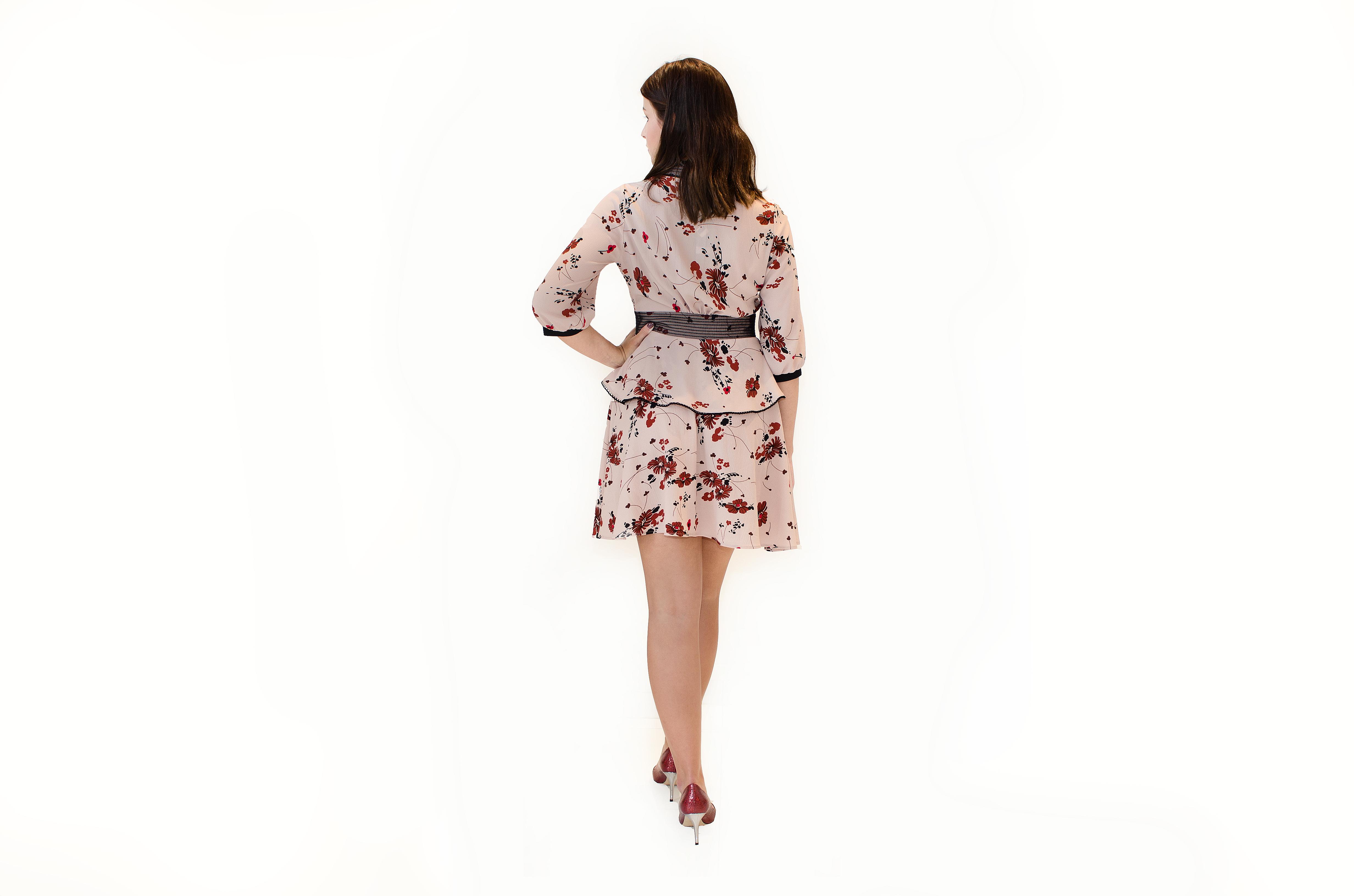 Starorůžové šaty s motivem květů