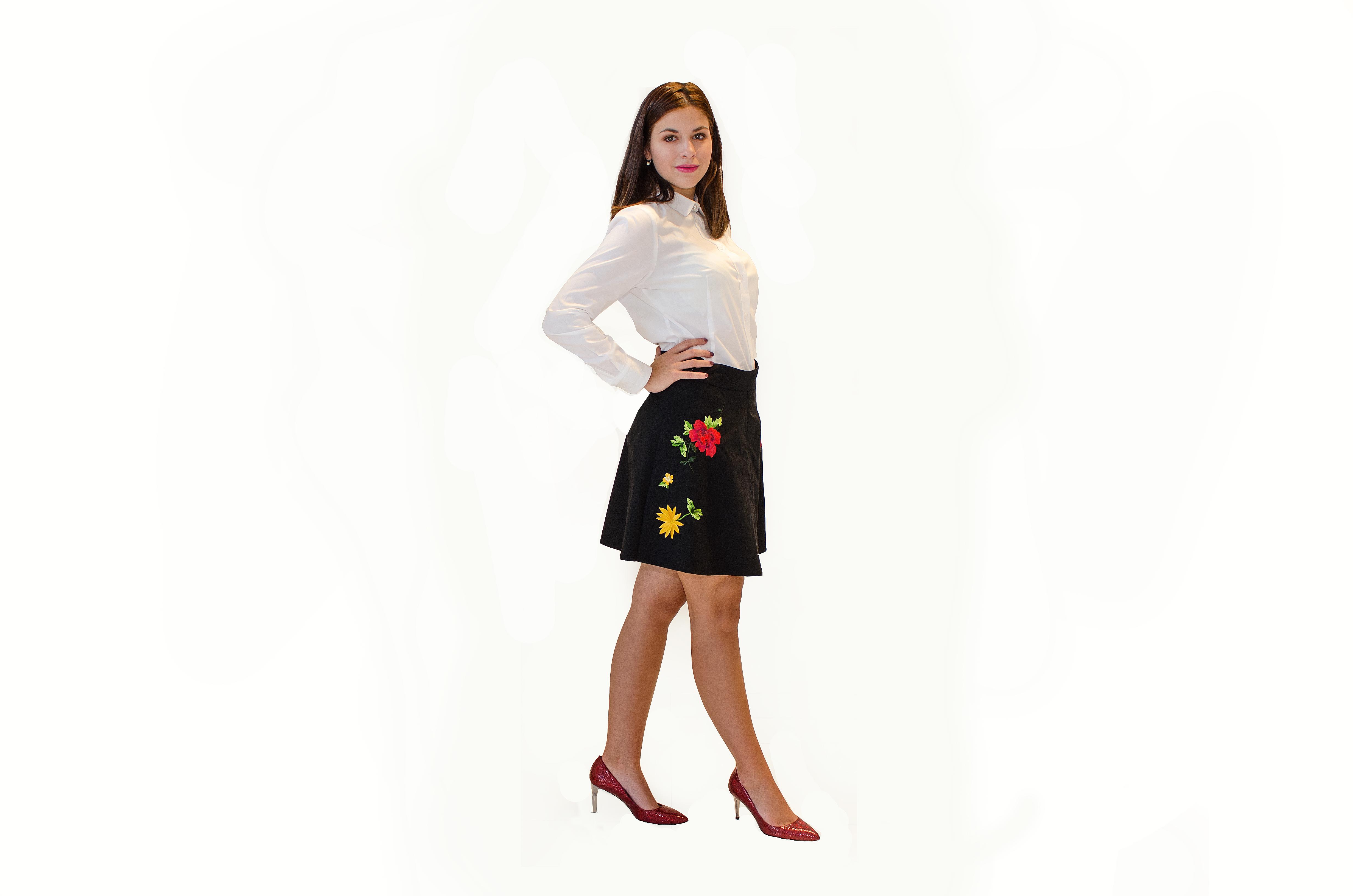 Černá sukně s výšivkou květů